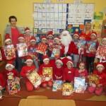 Mikołaj cieszył się z pamiątkowego zdjęcia i zaprezentowanych mu wierszyków i piosenek