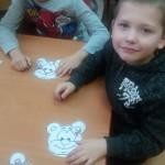 dzieci same przygotowały opaski z symbolem misia